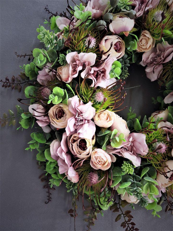 wianek na drzwi wejściowe z drobnych różowych kwiatów