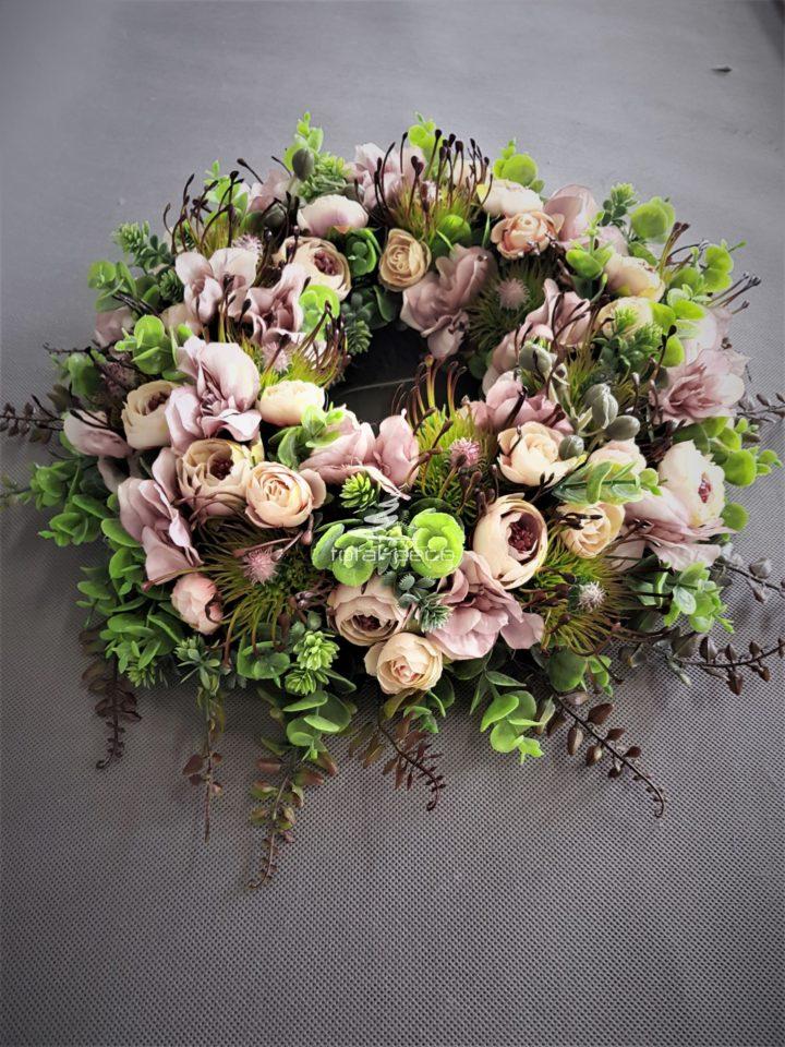 wianek na drzwi z mnóstwem pięknych kwiatów