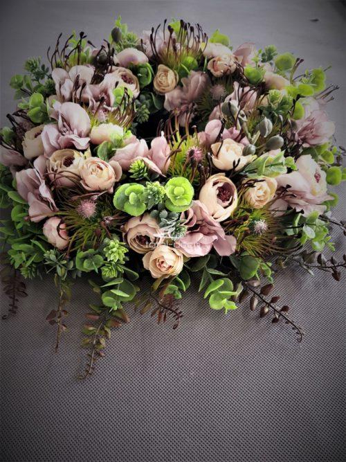 wianek na drzwi w stonowanych brzoskfiniowych różach oraz kolorze wina
