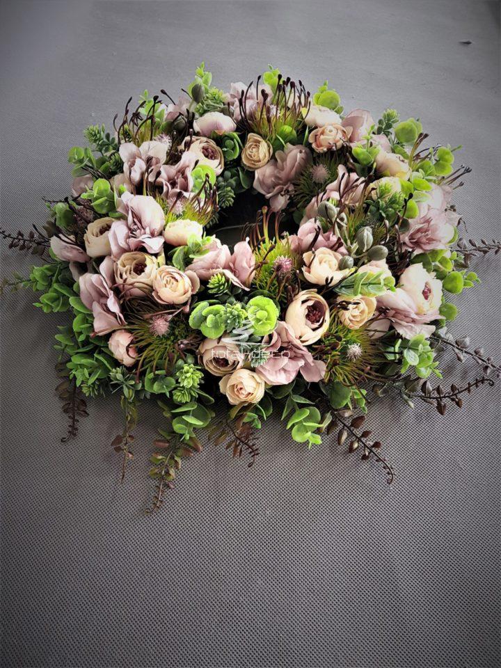 wianek na drzwi z pięknych kwiatów i roślin