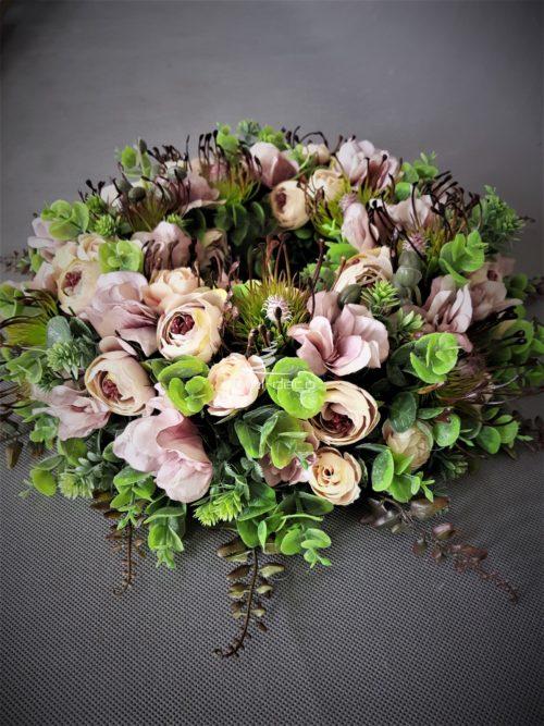 wianek na drzwi w pięknych stonowanych różach