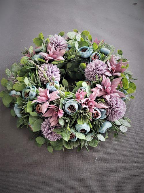 wianek na drzwi z pięknych pastelowo fioletowych sztucznych kwiatów i soczystej zieleni