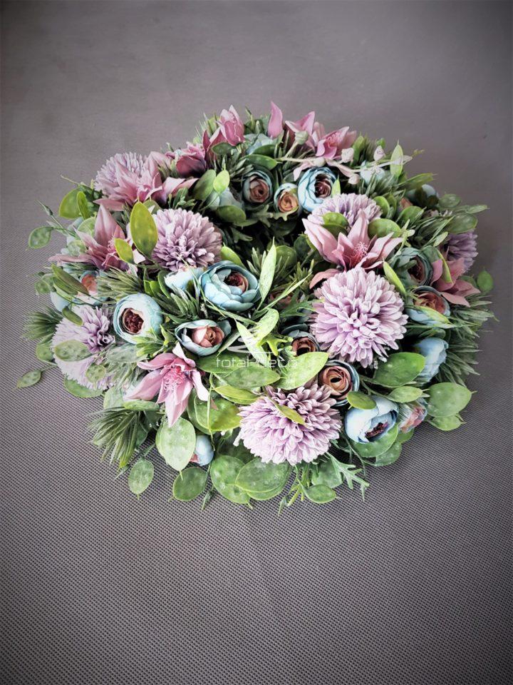 wianek na drzwi bogaty w piękne kwiaty i niespotykane rośliny sztuczne