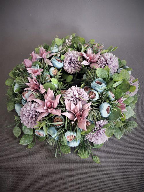 wianek na drzwi z pięknych kwiatów sztucznych