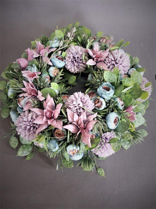 wianek na drzwi w pięknycjh mydlanych różach i fioletach