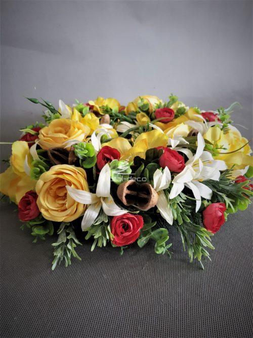 wianek z żółtych kwiatów na drzwi
