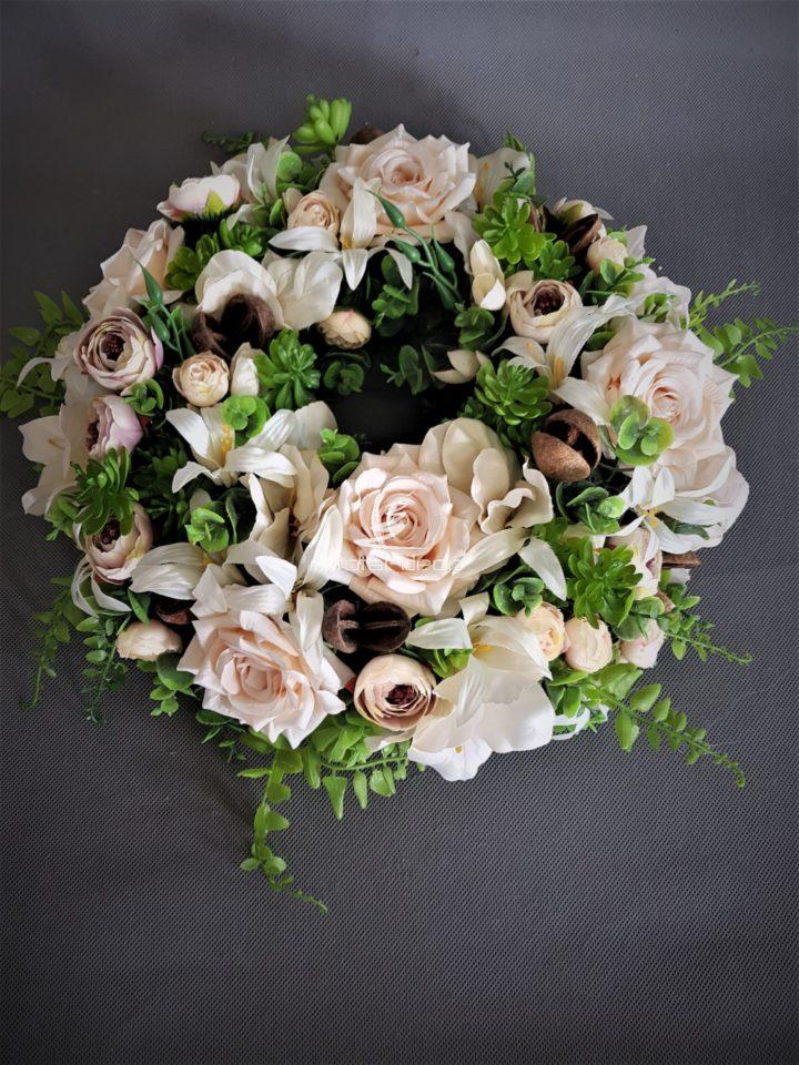 śliczny wianek na drzwizpięknych jasnych kwiatów