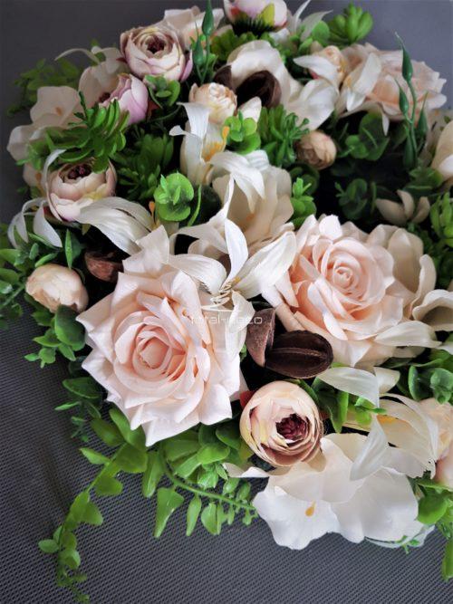 wianek na drzwi z pastelowymi herbacianymi różami