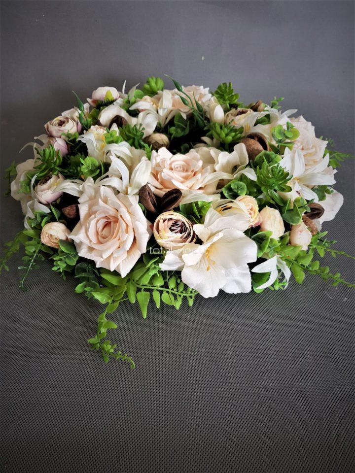wianek na drzwi z pięknych sztucznych kwiatów