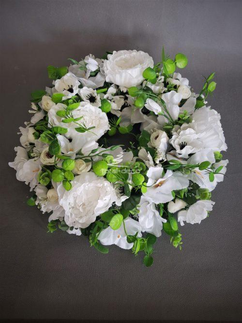 wianek z białych kwiatów