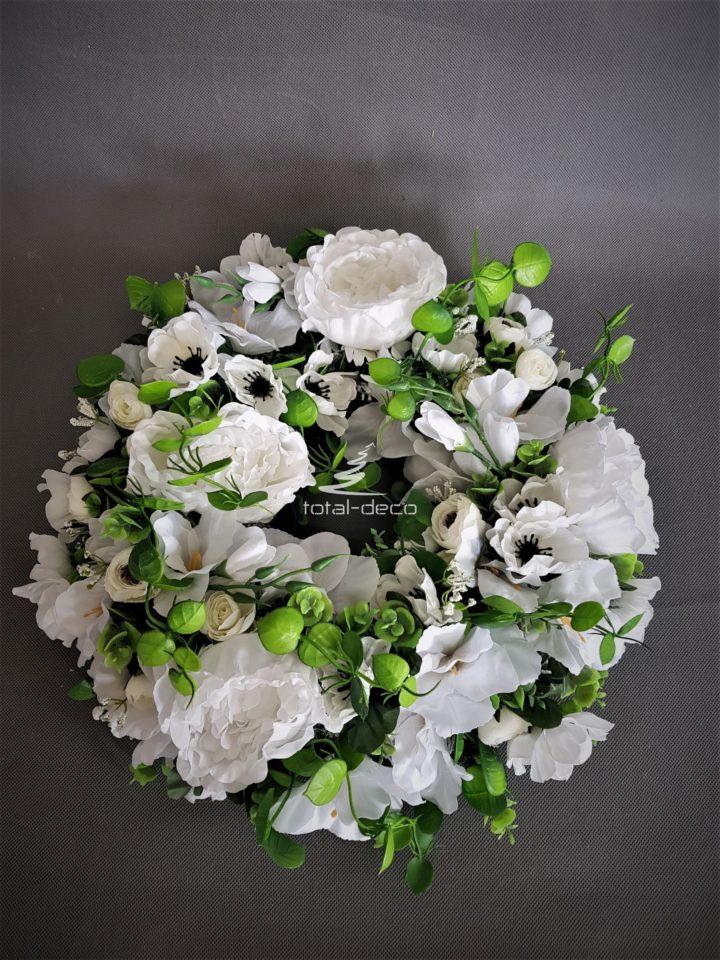 wianek na drzwi wejściowe z białych sztucznych kwiatów z zielonymi dodatkami