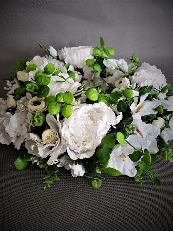wianek na drzwi z bielutkich sztucznych kwiatów