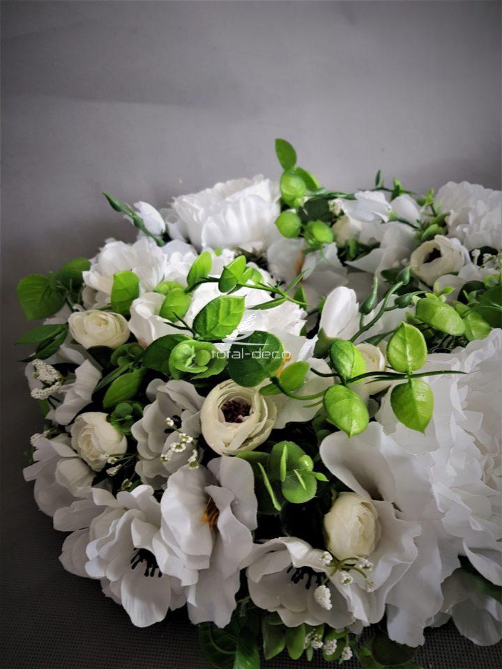 Wianek na drzwi wejściowe z białych sztucznych kwiatów z pnącymi się gałązkami