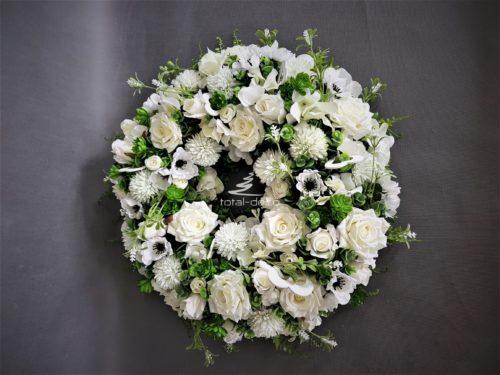 kompozycja z białych kwiatów potężny wianek dekoracyjny do zawieszenia w domu