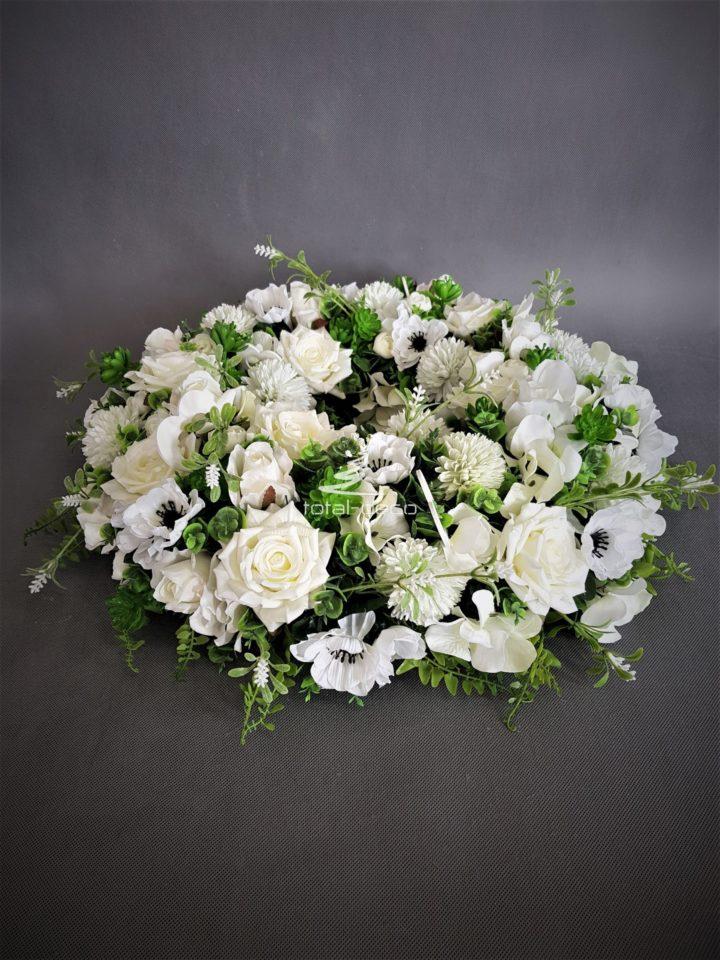 duży wianek z białych kwiatów