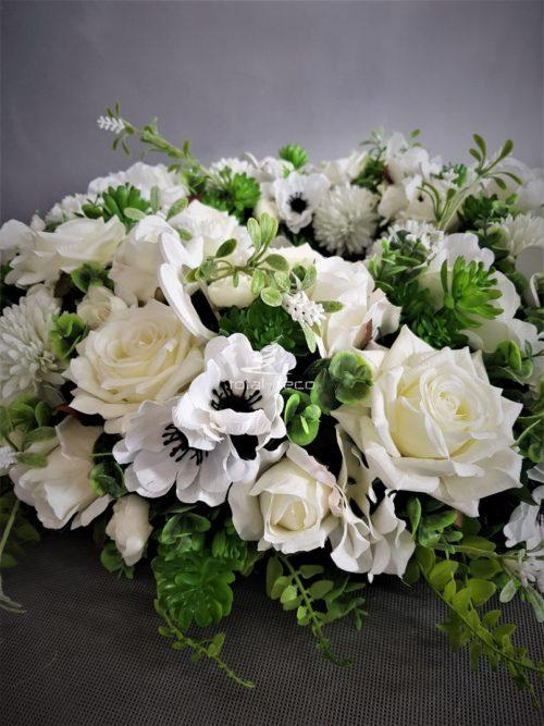 pokaźny białywianek dekoracyjny z pięknych białych kwiatów , sukulentów , i ciekawych dodatków