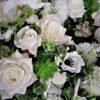 duży biały wianek dekoracyjny z pięknych sztucznych kwiatów