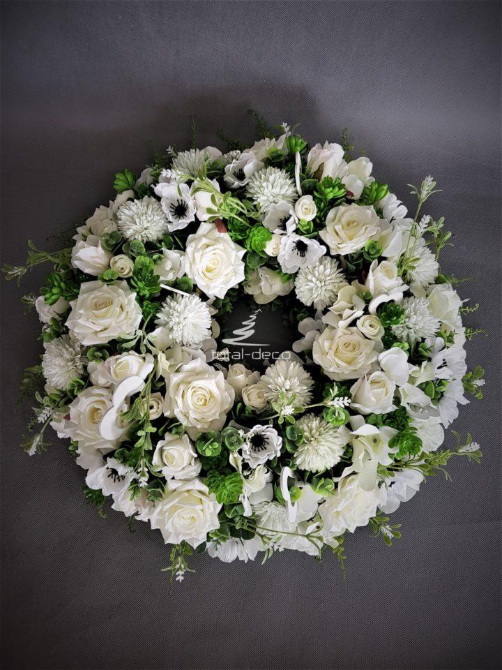 obrzymi wianek z białych kwiatów sztucznych