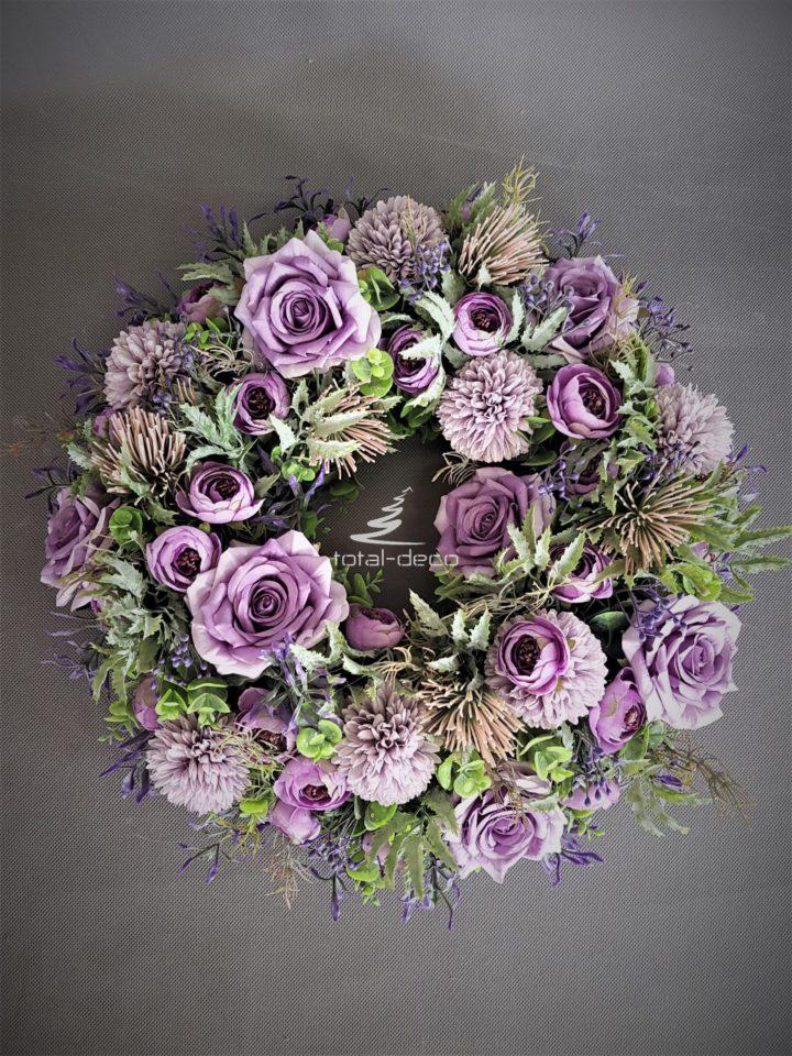 Wianek na drzwi z cudownych kwiatów sztucznych obfity i niezwykle dekoracyjny