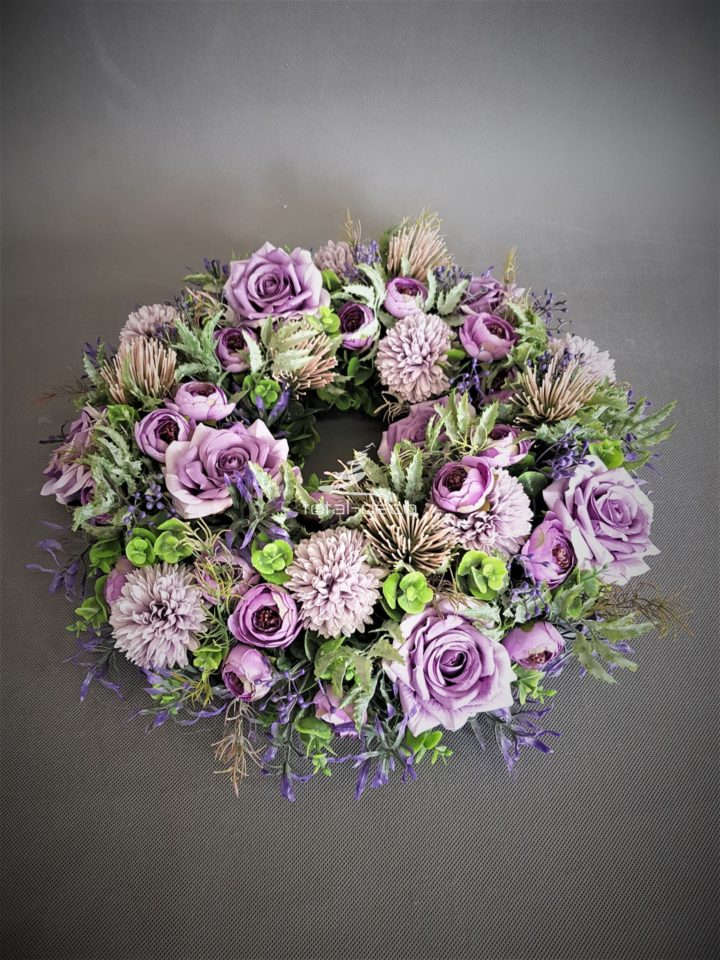 wianek na drzwi wejściowe w pięknych rozmytych fioletach z pięknymi dodatkami misternie ułożony z kwiatów sztucznych