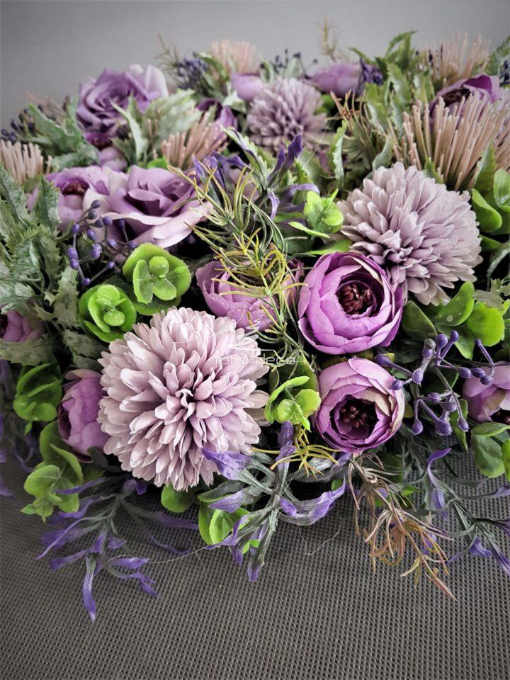 wianek na drzwi wejściowe z blado fioletowych kwiatów i misternych dodatków gruby i pokaźny