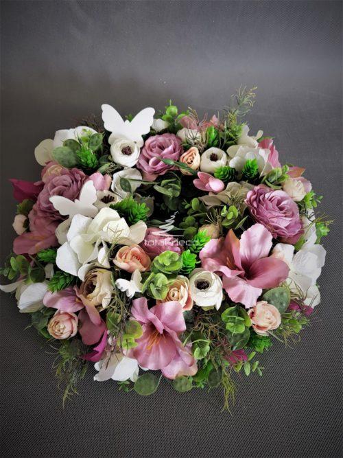 wianek na drzwi pięknie ułożony z ciekawych różowych kwiatów i oryginalnych dodatków