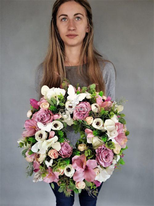 delikatny kwiatowy wianuszek na drzwi