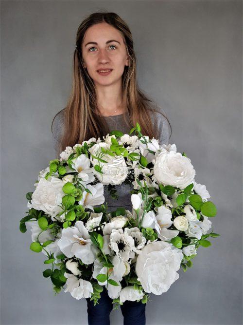 wianek z białych kwiatów sztucznych na komunię świętą