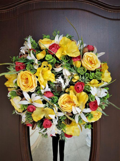 energetyczny wianek na drzwi z zółtych kwiatów
