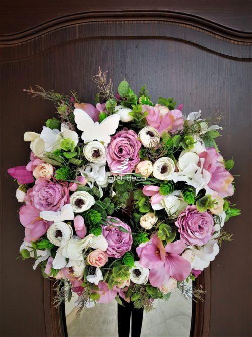 cudowny wianek na drzwi z różowymi kwiatami