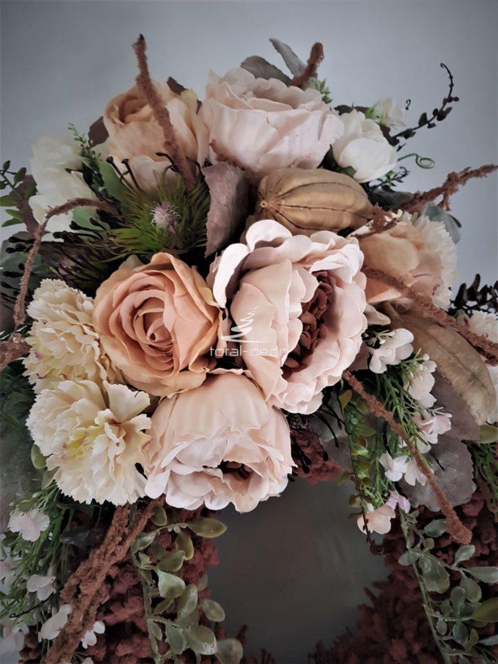 kompozycja ze sztucznych kwiatów na cmentarz