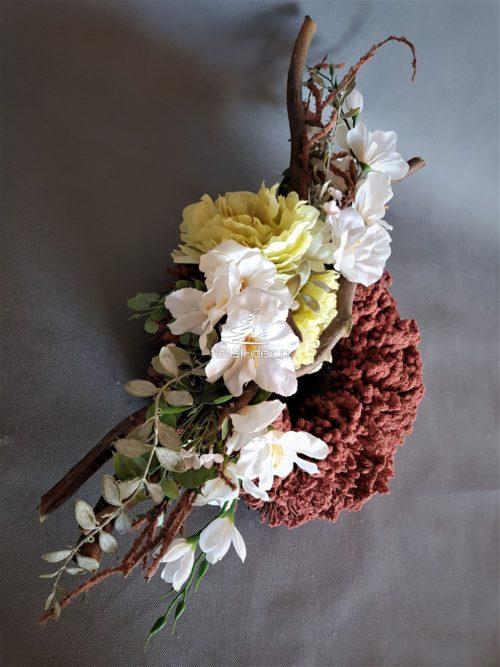okrągły wieniec ze sztucznymi kwiatami na cmentarz