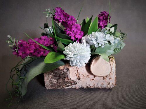 stroik z fioletowymi kwiatami na cmentarz