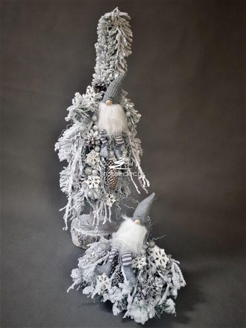 Biała choinka i stroik na boże narodzenie