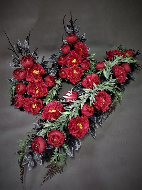 kompozycje kwiatowe na grób/stroiki z czerwonych kwiatów na cmentarz