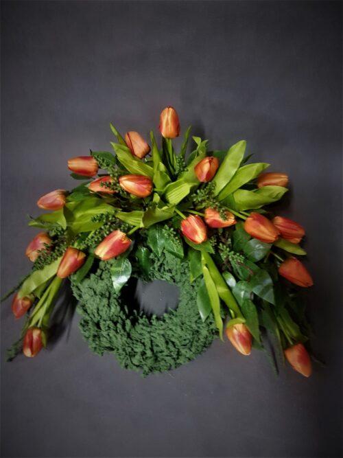 wieniec z tulipanów/wiosenne stroiki na cmentarz