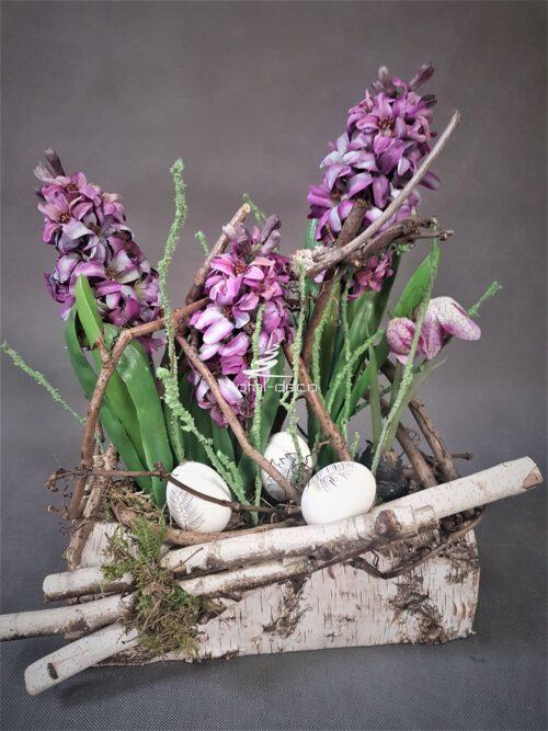 wielkanocna dekoracja kwiatowa w brzozie